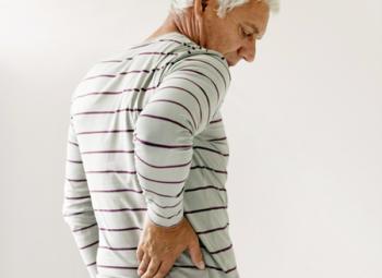 Болі справа під ребрами ззаду: причини